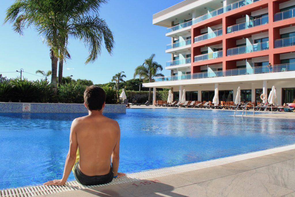 criança beira da piscina aquashow park hotel