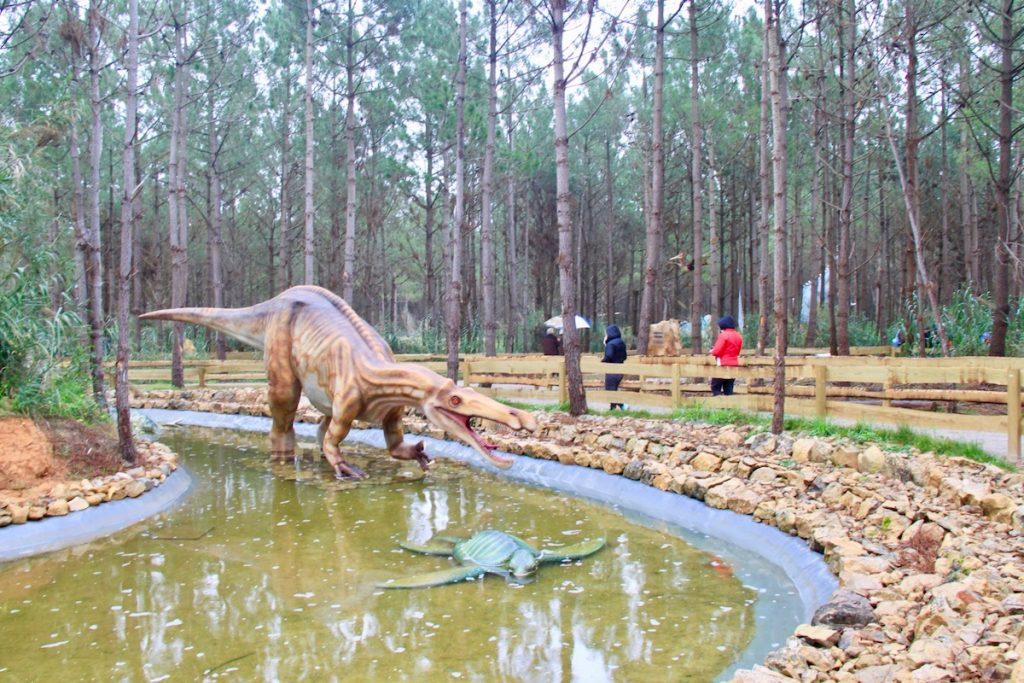 Dino Parque dinossauro lago